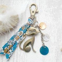 Porte clef bijoux chat  ruban bleu et sequin en nacre @ calao bijoux