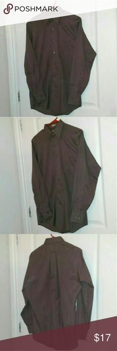 """Mens Sm 32/33 14 1/2"""" Brown Dress Shirt This mens dress shirt is LIKE NEW, VERY well cared for.   1) Brown Satin Stripe Van Heusen Fitted Long Sleeved Mens Button Up Dress Shirt - 14 1/2"""" 32/33 Small  Please let me know if you have any questions about this item.  SMOKE & PET FREE HOME Van Heusen Shirts Dress Shirts"""