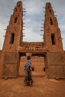 the great mud mosque of bani, in the tribal region of the Sahel, northern Burkina Faso   por anthony pappone photography Vernacular Architecture, Islamic Architecture, Art And Architecture, Out Of Africa, West Africa, Architecture Religieuse, African House, Jolie Photo, Africa Travel