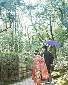 和装前撮りの定番アイテム『和傘』を使ったフォトアイデア♩   marry[マリー] Yukata Kimono, Kimono Dress, Japanese Kimono, Japanese Style, Japanese Wedding, Wedding Photos, Wedding Ideas, Wedding Photo Inspiration, Japanese Culture