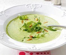 Feine Rucola-Cremesuppe Rezept: Pinienkerne,Rucola,Schalotten,Knoblauchzehe,Butter/Margarine,Mehl,Gemüsebrühe,Schmelzkäse,Pfeffer,Muskat,Schlagsahne