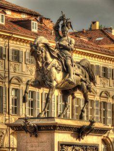 Emanuele Filiberto di Savoia detto Testa 'd Fer ringuaina la spada dopo la vittoria di San Quintino il 10 Agosto 1557 contro i francesi. Statua posta in Piazza San Carlo a Torino.                https://www.facebook.com/photo.php?fbid=10203955149751596