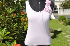 Blusa na cor rosa antigo,tamanho M, modelo nadador, apliques de 2 flores de tecido , organza e perola .    Aceitamos encomendas nos tamanhos P, M, G e GG  e nas cores desejadas! R$20,00