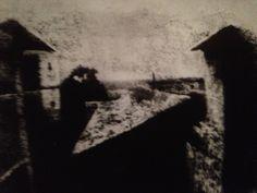 """Das Bild heißt """"Blick aus dem Fenster von Le Gras"""" und ist von Joseph Nicephore Niepce im Jahr 1826 fotografiert worden"""