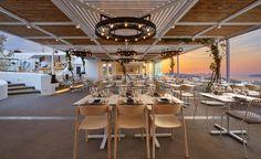 Bodentiefe Fensterflächen, die zum Teil komplett geöffnet werden können, leiten viel Tageslicht in die Räume und schenken den Gästen einen unverstellten Ausblick auf die Landschaft.