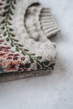 The Birkin Sweater — Yellowish - Tuch Stricken Punto Fair Isle, Fair Isle Knitting, Sock Knitting, Knitting Machine, Free Knitting, Birkin, Knitting Projects, Knitting Tutorials, Knitting Ideas