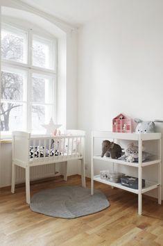 Kołyska - mini-łóżeczko to niezwykle stylowe miejsce snu dziecka w pokoju rodziców przez pierwsze miesiące jego życia. Niewielkie rozmiary pozwalają zmieścić kołyskę nawet w niedużej sypialni lub dostawić do łóżka rodziców, dzięki czemu dziecko łatwiej zasypia. Dzięki swej stabilnej konstrukcji jest bardzo bezpieczna. Cribs, Toddler Bed, Classic, Furniture, Home Decor, Cots, Child Bed, Derby, Decoration Home