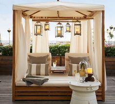 lit à baldaquin extérieur décoré de lanternes à accrocher