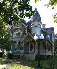 gotische Architektur in Georgia Victorian Architecture, Beautiful Architecture, Beautiful Buildings, Beautiful Homes, Victorian Style Homes, Victorian Houses, Victorian Cottage, Cute House, Historic Homes