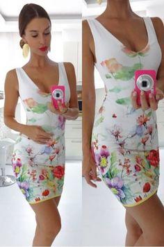 Krásne letné mini šaty z príjemného materiálu s potlačou kvetín, predná časť s V výstrihom a zadná časť s okrúhlym výstrihom, vhodné na party či na každodenné nosenie.