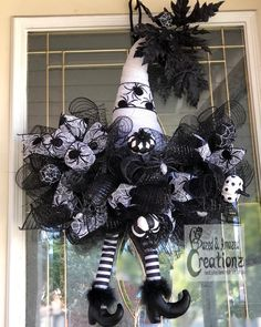 halloween wreaths Were gonna call her the good witch. She a stylish black and white witch hat wreath. It has ribbon with spiders, pumpkins, spiders and black leaves on top. Halloween Door Wreaths, Halloween Door Decorations, Wreaths For Front Door, Holiday Wreaths, Halloween Deco Mesh, Homemade Halloween, Halloween Crafts, Diy Fall Wreath, Wreath Ideas