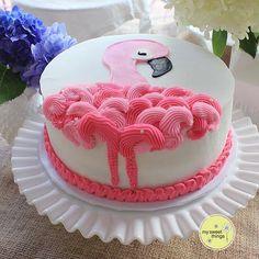 - Harper's birthday - Torten Rezepte Flamingo Cake, Flamingo Birthday, Flamingo Pool, Cupcakes, Cupcake Cakes, First Birthday Centerpieces, Cake Pops, Just Cakes, Creative Cakes
