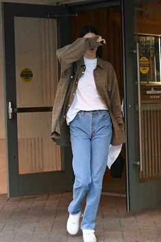 Kendall Jenner Light Brown Oversized Shirt Street Style Autumn Winter 2020 on SASSY DAILY - Kendall Jenner wearing a oversized light brown button front woolen shirt with extra long sleeves, s - Mode Outfits, Retro Outfits, Cute Casual Outfits, Fashion Outfits, Oversized Shirt Outfit, Images Esthétiques, Jeans Boyfriend, Model Street Style, Kendall Jenner Outfits