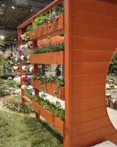 adelaparvu.com despre garduri cu loc pentru plante si rafturi verticale cu plante (12)