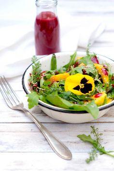 Frischer Sommersalat mit Mango ist immer eine leckere Abwechslung. So lässt sich dazu ein passendes Himbeerdressing Rezept selber machen!
