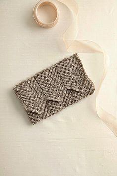 Love this crochet clutch! Free pattern