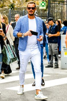 Discover the details that make the difference of the best streetstyle unique people with a lot of style Casual Jeans, Men Casual, Gq Mens Style, Mens Frames, Casual Trends, Mens Fashion, Fashion Outfits, Style Fashion, Fashion Trends