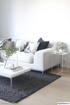 olohuone,sohva,sivupöytä,sohvapöytä,sisustustyynyt