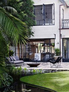 Built in 1831 'The Hermitage', is a heritage-listed waterfront mansion in Sydney. The relaxed look we see now is the result of an extensive renovation aimed at respecting the integrity of the building