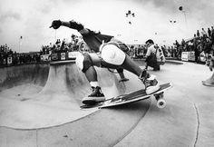 Photographe: J. Grant Brittain Athlète: Christian Hosoi Lieu: Combi, Upland, CA Skates, Rodney Mullen, Skate Photos, Old School Skateboards, Skate Surf, History Of Photography, Art Photography, Black Sharpie, Famous Photographers