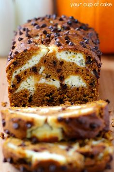 Olive Oil Cake Discover Pumpkin Cream Cheese Bread and Muffins Pumpkin Bread with chocolate chips and a cream cheese swirl Just Desserts, Delicious Desserts, Dessert Recipes, Yummy Food, Quick Dessert, Recipes Dinner, Breakfast Recipes, Pumpkin Cream Cheese Bread, Pumpkin Bread