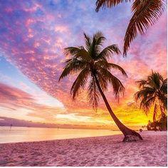 The sun has gone its miserable outside and Im dreaming of holidays!! Get me on that plane  #upoveranddownunder #uksubscriptionbox #subscriptionboxuk #smallbusiness #girlboss #treatyourself #supportsmallbusiness #sistersister #lifestyleandbeautybox #lifestyleblogger #lifestylebrand