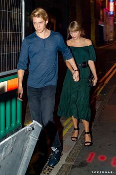 Taylor Swift and Joe Alwyn Show Rare PDA During a Casual Date Night in London Taylor Swift Casual, Taylor Swift Fan Club, Photos Of Taylor Swift, Taylor Swift Style, Taylor Alison Swift, Joe Taylor, Casual Date Nights, Celebrity Couples, My Idol