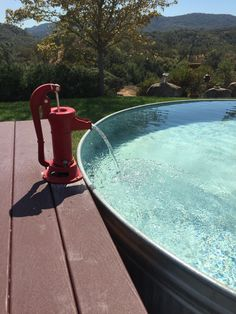 Great idea for your stock tank pool: use an old fashioned ha.- Great idea for your stock tank pool: use an old fashioned hand pump for a small … Great idea for your stock tank pool: use an old fashioned hand pump for a small fountain! Stock Pools, Stock Tank Pool, Outdoor Projects, Backyard Projects, Piscina Diy, Small Fountains, Diy Tank, Diy Shirt, Diy Pool