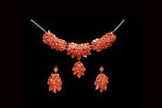 LFN  Set composto da incisione in corallo rosso a foglie e fiorie e collier in oro 18kt,  orecchini a completo con corallo inciso a foglie e fiori e oro 18kt.