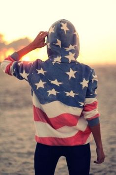 DIY stars and stripes hoodie At least she's honest that it is time-consuming.but worth it.--pretty sure i wanna make everything that is diy stars and stripes Looks Style, Looks Cool, Style Me, Trend Fashion, Look Fashion, Fashion Models, Celebrities Fashion, Fashion Editor, White Fashion