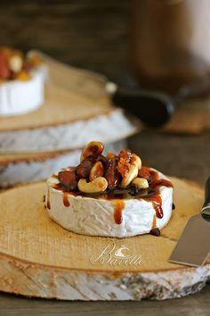 Camemberg con frutos secos, caramelo y salsa dulce de albaricoque