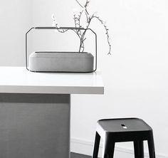 Set aus 4 Vasen: Der obere Teil aus Stahl bildet eine feine Halterung für Blumen, der untere Teil aus glattem Beton kann mit Wasser gefüllt werden und sorgt für perfekte Stabilität. Hier entdecken und shoppen: http://sturbock.me/Ve2