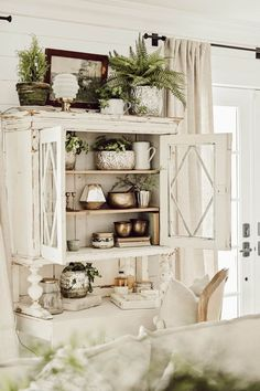 Antique Chippy White Hutch – The Best Ideas Decor, Country Farmhouse Decor, Farm House Living Room, Furniture, Interior, Fall Home Decor, Home Decor, House Interior, Country House Decor