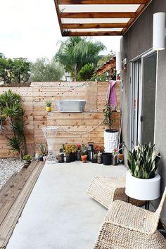 clôture jardin en bois, auvent en bois et verre et plantes vertes sur la terrasse