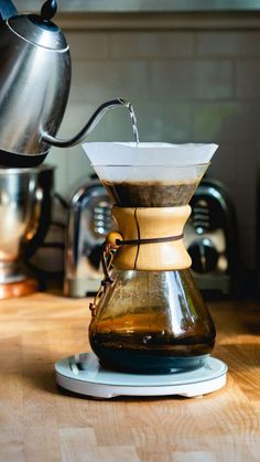 Pour over cafetiere 6 cup Wood Necked Coffee Maker Chemex Coffee Tasting, Coffee Drinkers, Chemex Coffee, Decaf Coffee, Coffee Barista, Drink Coffee, Coffee Mugs, Ways To Make Coffee, Making Coffee