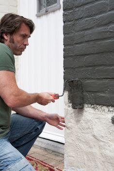 Gevel schilderen Painted Brick Exteriors, House Front Porch, Shed Construction, Grey Brick, Bbq Area, Pallet Painting, Container House Design, Brickwork, Back Gardens