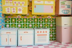 Amazing printable kitchen toys and wallpapers for dollhouses! By Alice Apple.