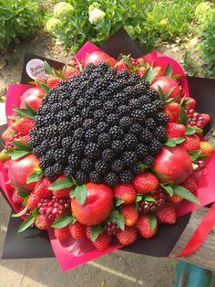 Edible Fruit Arrangements, Edible Bouquets, Candy Bouquet Diy, Food Bouquet, Fruit Gifts, Edible Gifts, Candy Theme Cake, Fruit Flower Basket, Vegetable Bouquet