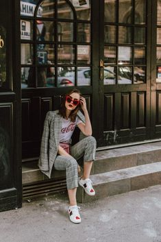 For a long time, sneakers were only worn on the commute or the weekend, but now they've taken over fashion week, street style and even the conference room. Here's some style inspiration for how to wear sneakers to work. Sneakers To Work, Suits And Sneakers, How To Wear Sneakers, Sneakers Style, Sneakers Women, Tomboy Chic, Look Casual Chic, Look Chic, Casual Fall Outfits