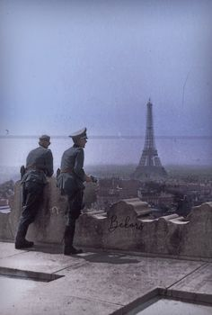 Two Wehramcht officers enjoy the amazing view of Eiffel tower. German Soldiers Ww2, German Army, Luftwaffe, Germany Ww2, Military Pictures, Historical Pictures, World War Two, Old Photos, Wwii