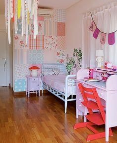 A escrivaninha no quarto de Maria, 6 anos, é dos anos 1930 e foi restaurada pela mãe, a publicitária Ana Cristina Demartini. As bandeirinhas são de uma festa de aniversário da menina