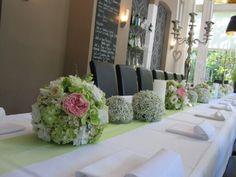 http://www.FLORICA.eu - Tischdeko mit verschiedenen Blütenkugeln auf Tischband