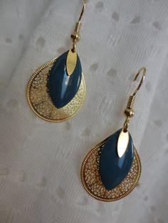 Boucles d'oreilles sequins gouttes ciselés dorés et sequins émaillés bleus gros orage : Boucles d'oreille par petitelolidan