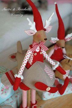 Christmas reindeers Italian PDF by Nastrierocchettishop on Etsy, Christmas Elf Doll, Christmas Sewing, Christmas Love, Christmas Crafts, Christmas Decorations, Christmas Ornaments, Fairy Tale Crafts, 242, Fabric Toys