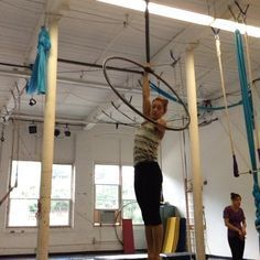 Variation on a drop I learned at the Aerial Dance Festival in Boulder, CO. Thank you Shayna Swanson! Flag, single knee hook, drop to straddle. #aerialhoop #lyra #malloukandhercircusproblems #Cerceaux