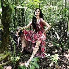 #IntoTheWild: A top e apresentadora @caropita está no Amazonas fotografando campanha da @moboficial no meio da floresta! Apesar de ser da região esta é a primeira campanha que ela clica por lá. As fotos aliás foram feitas no @cristalinolodge um dos melhores Eco Lodges do mundo. Não à toa foi lá que uber @gisele gravou seu documentário sobre a Amazônia.  via ELLE BRASIL MAGAZINE OFFICIAL INSTAGRAM - Fashion Campaigns  Haute Couture  Advertising  Editorial Photography  Magazine Cover Designs…
