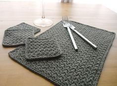crochet place mat and coasters. Great idea for holiday gifts