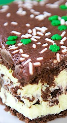 No-Bake Mint Chocolate Eclair Cake Recipe No-Bake Mint Chocolate Eclair Cake – chocolate graham crackers, pudding, cool whip, mint extract… Chocolate Eclair Cake, Chocolate Frosting Recipes, Chocolate Cakes, Chocolate Graham Crackers, Mint Chocolate Chips, Cake Recipes, Dessert Recipes, Mint Recipes, Breakfast Recipes