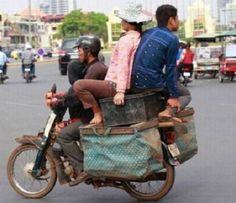 1.001 kiểu vận chuyển bá đạo nhất Việt Nam   Bằng tài năng chở hàng hóa và người cừ khôi các 'người vận chuyển' phiên bản Việt đã khiến cả thế giới phải tròn mắt vì kinh ngạc.  Mỗi người một chí hướng.  Cuộc sống bấp bênh.  Năm anh em trên một chiếc mô tô.  Bình yên giữa dòng đời chật chội.  Dịch vụ vận chuyển tận tâm chuyển xe chuyển luôn cả người.  Người lái xe quả thật có số đào hoa.  Vợ là người giúp ta cân bằng cuộc sống.  Truyen-ngan
