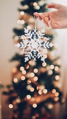 55 ideas for white christmas tree wallpaper holidays Red And Gold Christmas Tree, Natural Christmas, Christmas Mood, Beautiful Christmas, Christmas Nails, Merry Christmas, Christmas Ideas, Christmas Inspiration, Christmas Crafts